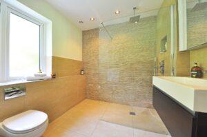 Een mooie badkamer met een inloopdouche