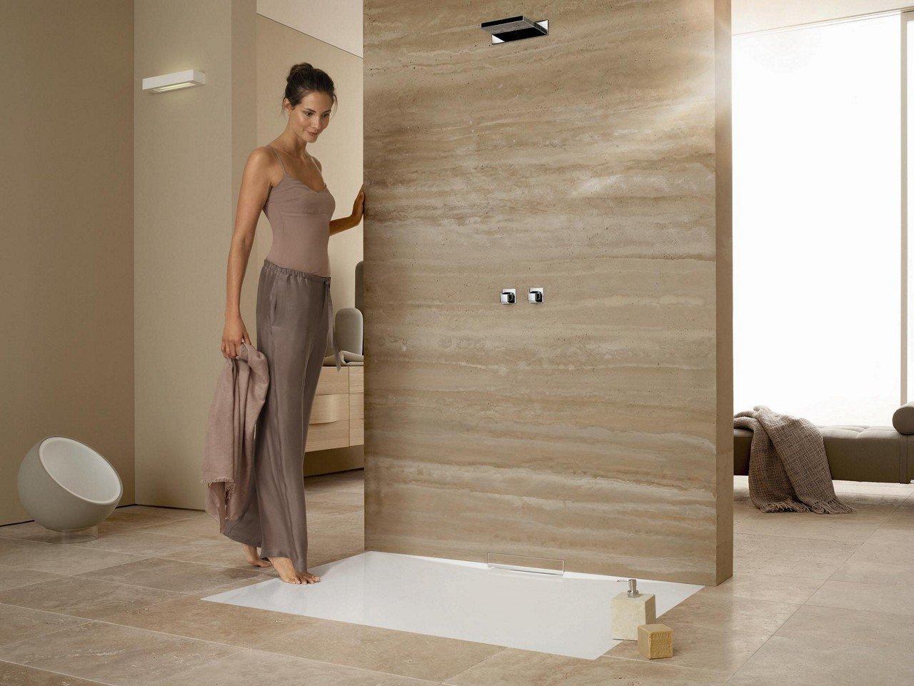 Vrouw die naar een inloop douche loopt