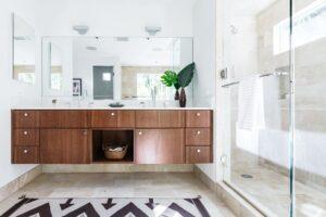 Een badkamer met bruine tegels en een grote bruin houten wastafel