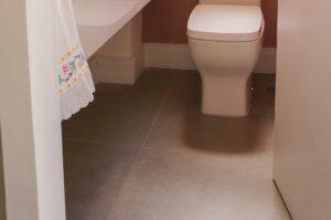 Het aanzicht van wanneer je een toilet binnenloopt